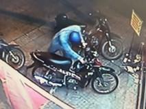 """Clip: Bẻ khóa trộm xe máy """"nhanh như chớp"""" trước siêu thị"""