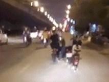 """1 người """"cân"""" 3 xe, hành động của người đàn ông chứa đựng nhiều hiểm nguy trên phố"""