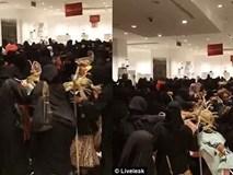 Sốc: Cảnh tượng như chợ vỡ khi hàng trăm phụ nữ tranh giành để mua đồ giảm giá