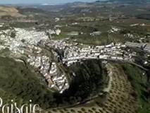 Thị trấn độc đáo nằm dưới tảng đá khổng lồ ở Tây Ban Nha