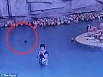 Rùng mình cảnh những đứa trẻ cận kề thần chết dưới bể bơi nhưng đám đông không nhận ra