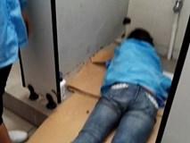 Móc điện thoại rơi vào bồn cầu, nữ công nhân bị kẹt tay gần 1 tiếng trong nhà vệ sinh