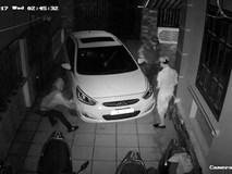 Nhóm thanh niên đột nhập trộm xe máy, đầu hàng vì chiếc ô tô