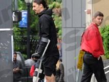 Ibrahimovic băng bó một bên chân, phải đi nạng sau phẫu thuật