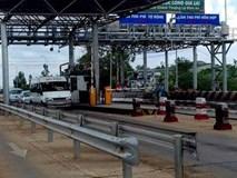 Xe tải lao như tên tông gãy barie trạm thu phí trước khi đâm ôtô khách