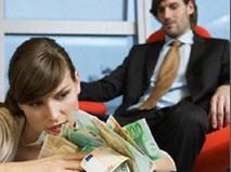 """Sốc khi phát hiện vợ thường xuyên nhận tiền của """"người cũ"""""""