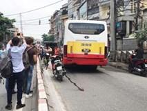 Văng sang làn đường ngược chiều sau va chạm, nam thanh niên bị xe buýt cán tử vong
