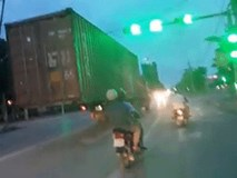 """Clip thót tim: Xe chở thùng hàng container """"lơ lửng"""" như làm ảo thuật giữa đường phố"""