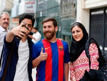 Sinh viên người Iran bị cảnh sát bắt giữ vì quá giống Messi