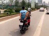 Thanh niên đi xe máy bằng chân trên làn buýt nhanh đối diện mức phạt nặng