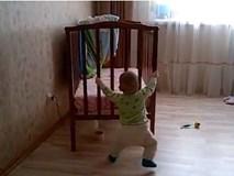 Em bé 10 tháng tuổi 'siêu khỏe', tự mình xoay chuyển chiếc cũi gỗ khắp phòng