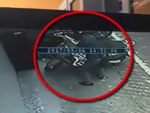 """Clip: """"Đạo chích"""" bẻ khóa xe Lead cực nhanh ngay giữa phố Hà Nội"""