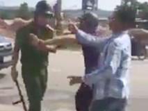 Người vi phạm giao thông cầm gạch tấn công cảnh sát