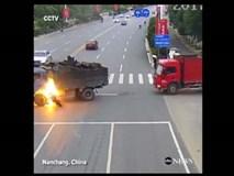 Thót tim xem clip cứu người gặp nạn khi xe tải bốc cháy
