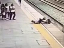 Thót tim trước pha cứu người phụ nữ trẻ chán sống của nhân viên ga tàu