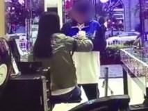 Nam sinh Trung học đánh mẹ dã man ngay giữa cửa hàng kính vì lý do không thể chấp nhận nổi