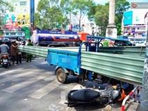 Xe ba gác chở tôn cứa vào người đi đường, 2 nạn nhân nhập viện cấp cứu