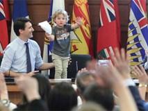Thủ tướng điển trai của Canada lại khiến chị em đổ rạp vì loạt ảnh mới bên cạnh con trai đáng yêu