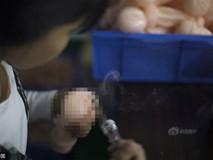 Cuộc sống của nữ công nhân vừa tròn 18 tuổi trong công xưởng sản xuất đồ chơi tình dục