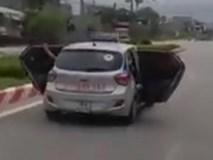 Xe taxi mở bung cửa lao nhanh trên đại lộ
