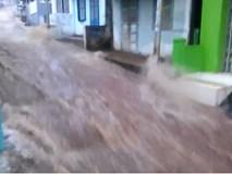 Dòng lũ cuồn cuộn như thác nước ở giữa thành phố Buôn Ma Thuột