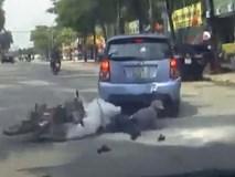 Clip nữ tài xế xe máy đâm sầm vào đuôi ôtô gây tranh luận ai đúng, sai