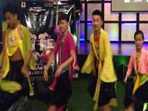 """Phát sốt với clip 4 học sinh nam mặc áo tứ thân nhảy múa bài """"Đi cấy"""""""