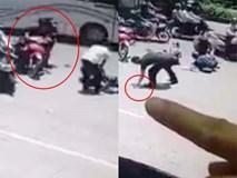 """Người đàn ông tranh thủ """"hôi của"""" khi dừng lại giúp 2 phụ nữ gặp tai nạn trên đường"""