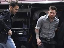 Messi sơ mi đóng thùng đến khai trương shop giày của Antonella và vợ Suarez