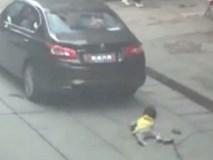 Bỏ mặc cháu gái vừa bị xe đâm, ông lao đến đòi tài xế tiền bồi thường