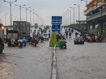 Mưa lớn gây ngập nặng trên Xa Lộ Hà Nội, giao thông ùn ứ nghiêm trọng