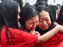 Học sinh ôm nhau khóc chia tay tuổi học trò