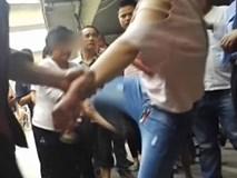 Bất chấp mọi lời can ngăn, cô gái 19 tuổi liên tục đánh chửi bố mẹ già thậm tệ giữa đường