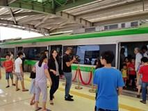 Người dân đổ xô xem đoàn tàu trên cao đầu tiên tại Việt Nam