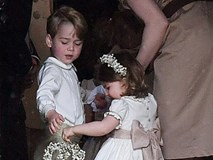 Hoàng tử nhí Anh Quốc bị mẹ mắng trong lễ cưới của dì ruột