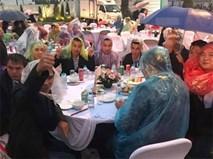 """Đi tiệc cưới ngoài trời sang chảnh, hàng trăm khách đội áo mưa, trùm nilon ăn """"búp phê toàn canh"""""""