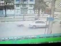 Video: Lái xe máy lộn 360 độ ngồi trên nóc ô tô sau cú đâm cực mạnh