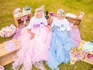 Bộ ảnh sinh nhật 100 tuổi vô cùng trẻ trung của hai cụ bà sinh đôi