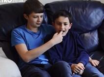 """Cặp anh em trong video """"Charlie cắn tay con"""" giờ thế nào?"""