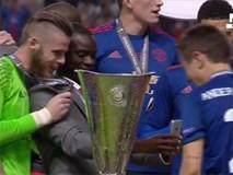 Hàng loạt cầu thủ MU chống nạng nhận cúp vô địch Europa League