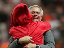 Cận cảnh HLV Jose Mourinho ăn mừng đầy xúc cảm với con trai
