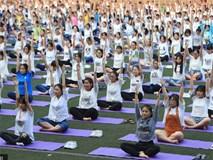 Học sinh Trung Quốc tập yoga trước kỳ thi khắc nghiệt