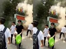 """Sau lễ bế giảng, nhóm học sinh cấp 3 ở Sài Gòn thi nhau ném """"bom"""" sơn, bột màu vào trong sân trường"""
