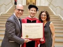 Ông chủ Facebook nhận bằng tốt nghiệp Harvard sau 13 năm bỏ học