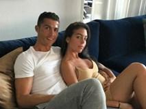 Ronaldo vui vẻ với bạn gái dù sắp ra tòa