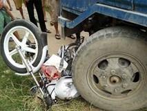 Xe chuyên dụng của CSGT bị công nông đâm trúng