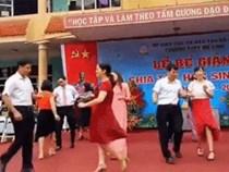 Thích thú với vũ điệu nhảy 'thần thánh' trên nền nhạc Cha Cha Cha của thầy cô trường Mê Linh