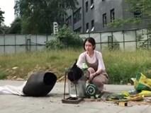 'Thánh nữ công sở' nướng tôm bằng máy nổ bỏng ven đường