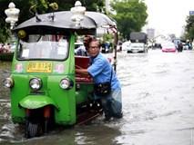 """Dân mạng """"hô biến"""" con đường nước đen ngòm thành dòng biển xanh ngắt ở Bangkok"""