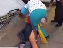 Nhân viên y tế vụng về làm bà bầu rơi xuống đất hai lần khi đưa đi cấp cứu